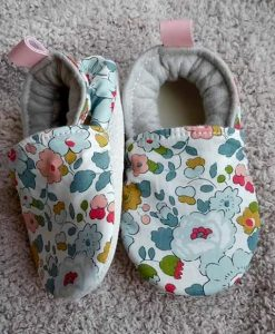 Chaussons en liberty betsy porcelaine bebe