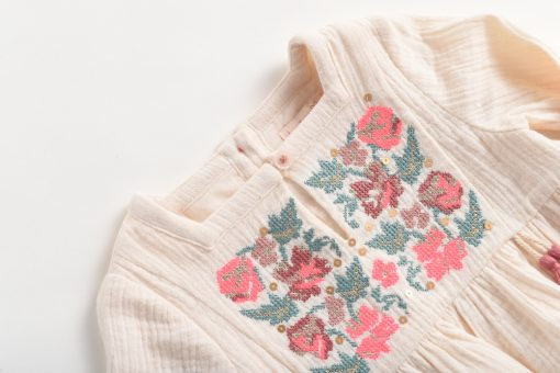blouse-blanche-broderies-fleurs